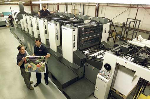 چاپ بروشور در چاپخانه با استفاده از دستگاه چاپ افست